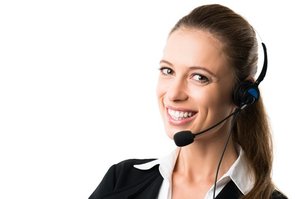 junge lächelnde Geschäftsfrau mit Headset